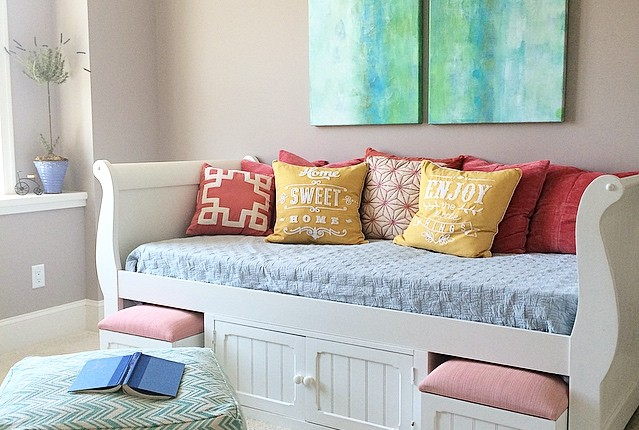 white daybed and colorful teen room