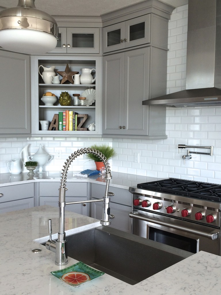 gray and white kitchen by MemeHill.com