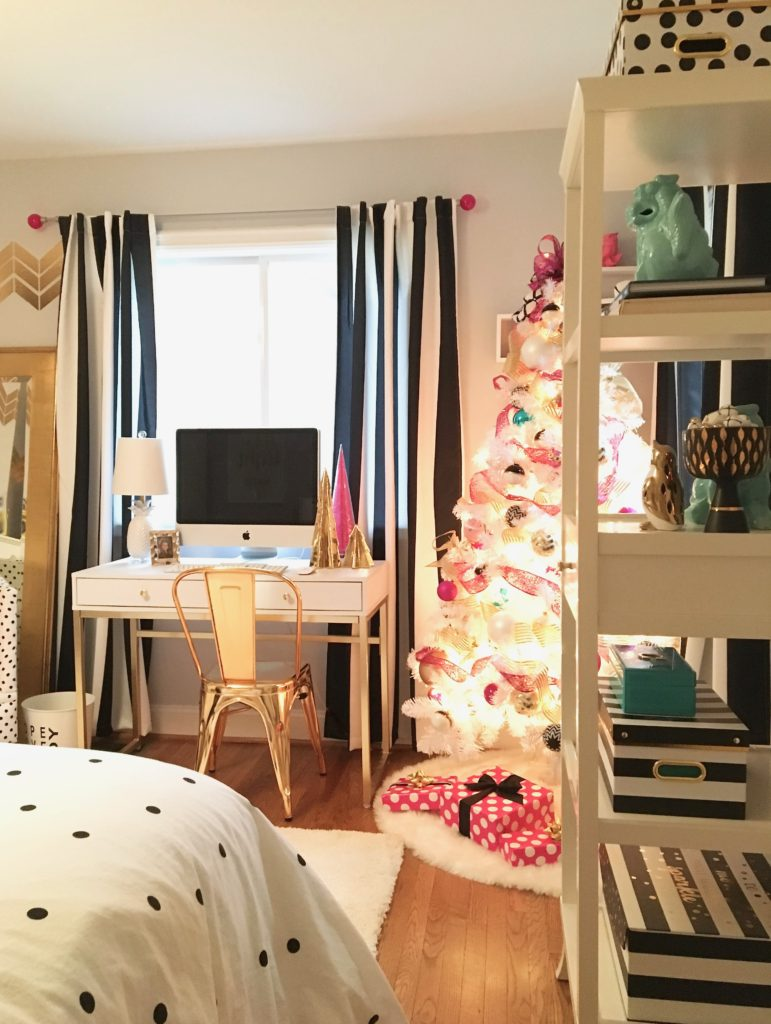 Decorating a teen room for christmas black white gold and hot pink - White and gold room ...
