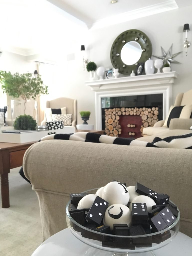 livingroom-black-white-clean-fireplace-mantel-decor-decorating-ideas-bright-interior-design-coffee-table-tray-vignette-accessories