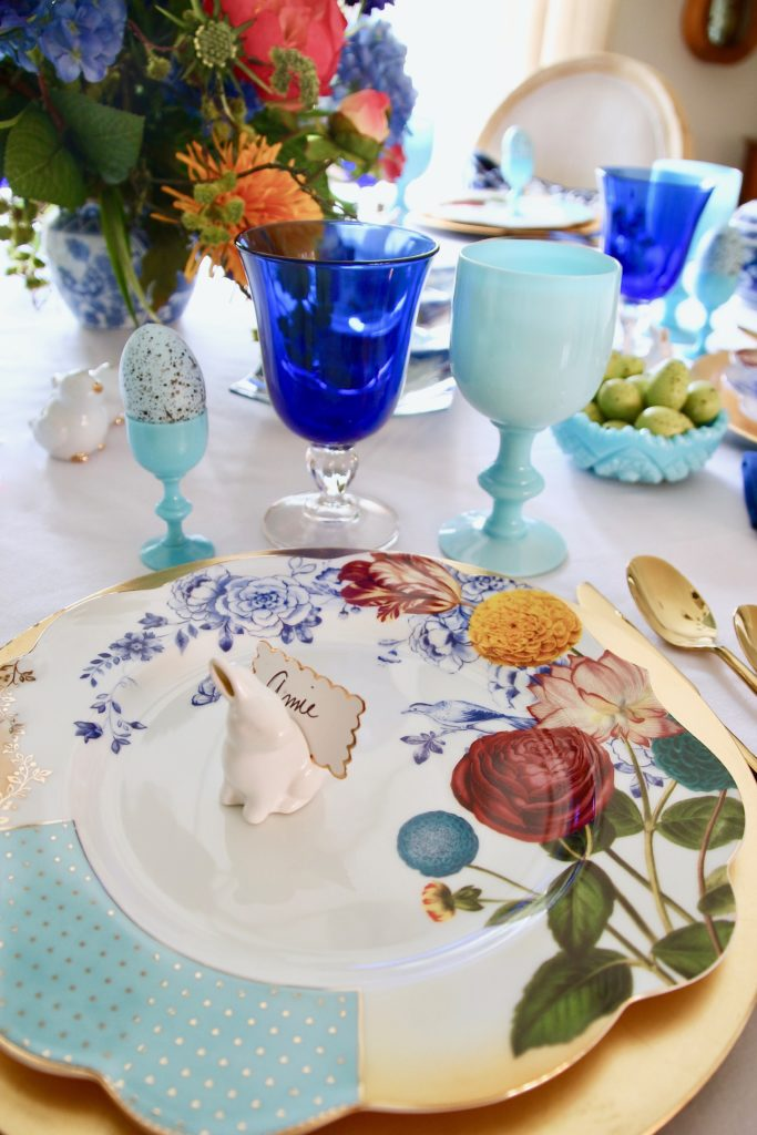 Tradtional_home_Easter_tablescape_setting_table_round_color_modern_mix_floral_arrangement_cobalt_delft_blue_dinnerware_dining_room_flowers_tulips_amara_pip_studio_elegant
