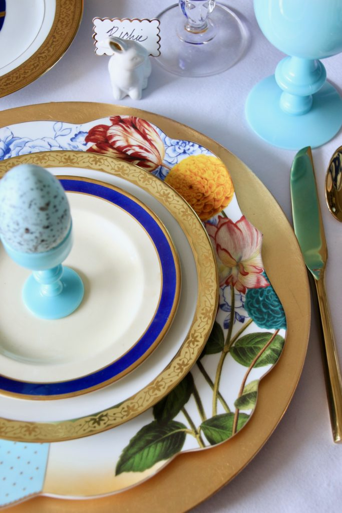 Tradtional_home_Easter_tablescape_setting_table_round_color_modern_mix_floral_arrangement_cobalt_delft_blue_dinnerware_dining_room_flowers_tulips_amara_pip_studio_ralph_lauren