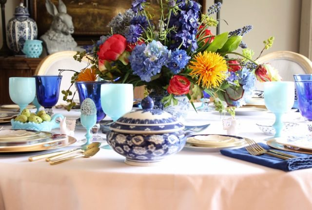 http://memehill.com/wp-content/uploads/2017/04/Tradtional_home_Easter_tablescape_setting_table_round_color_modern_mix_floral_arrangement_cobalt_delft_blue_dinnerware_dining_room_flowers_tulips_amara_pip_studio_spring-640x430.jpg