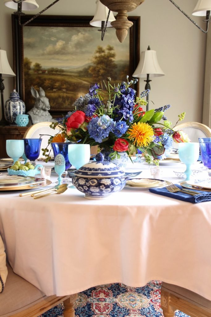 Tradtional_home_Easter_tablescape_setting_table_round_color_modern_mix_floral_arrangement_cobalt_delft_blue_dinnerware_dining_room_flowers_tulips_amara_pip_studio_spring