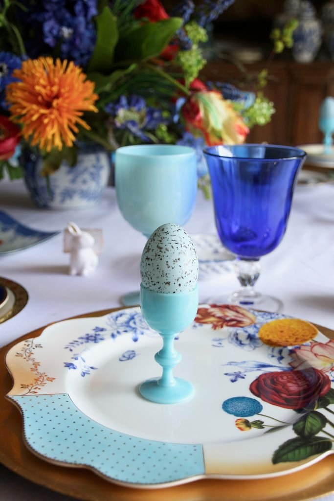 Tradtional_home_Easter_tablescape_setting_table_round_color_modern_mix_floral_arrangement_cobalt_delft_blue_dinnerware_dining_room_robins_egg_cup_amara_pip_studio