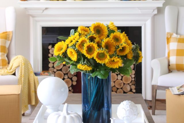 coffee table decorating ideas, Fall flower arrangements, pretty blue vases