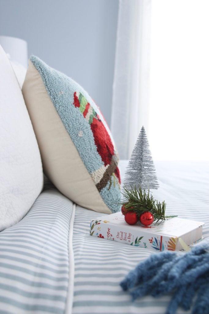 hooked christmas pillows, christmas bedding