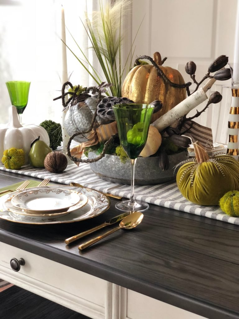 pretty gold and white plates, Thanksgiving decorating ideas