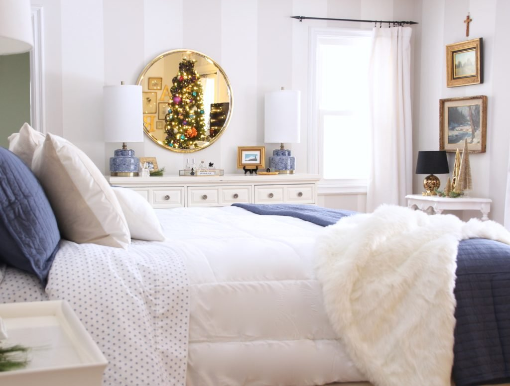 under the canopy bedding bed bath and beyond, decorating your master bedroom, using navy in decor, gorgeous bedrooms, white bedding,